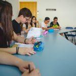 estudiantes en clase de ingles 2