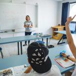 profesora y estudiantes en clase de ingles