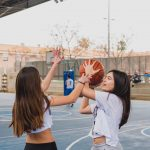 nuestras jovenes jugando al baloncesto