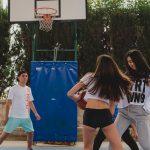 jovenes jugando baloncesto en campamento