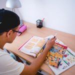 participante campamento estudiando en su habitacion