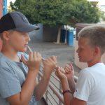 Niños jugando en puerta residencia campamento