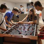 jugando al futbolin en sala juegos residencia