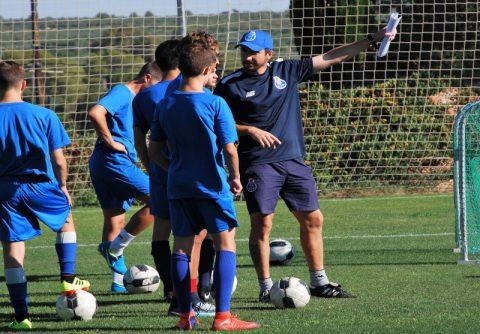 entrenador y jugadores en campamento de futbol fc porto